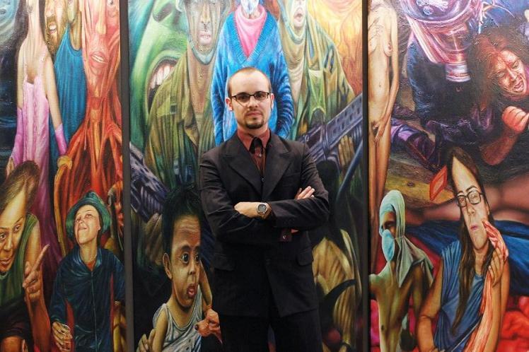 Javier Joven delante de su obra en París